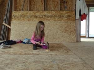 Beim Hausbau hilft die ganze Familie