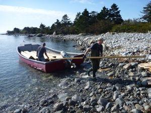 Das Baumaterial kommt per Boot zur Insel